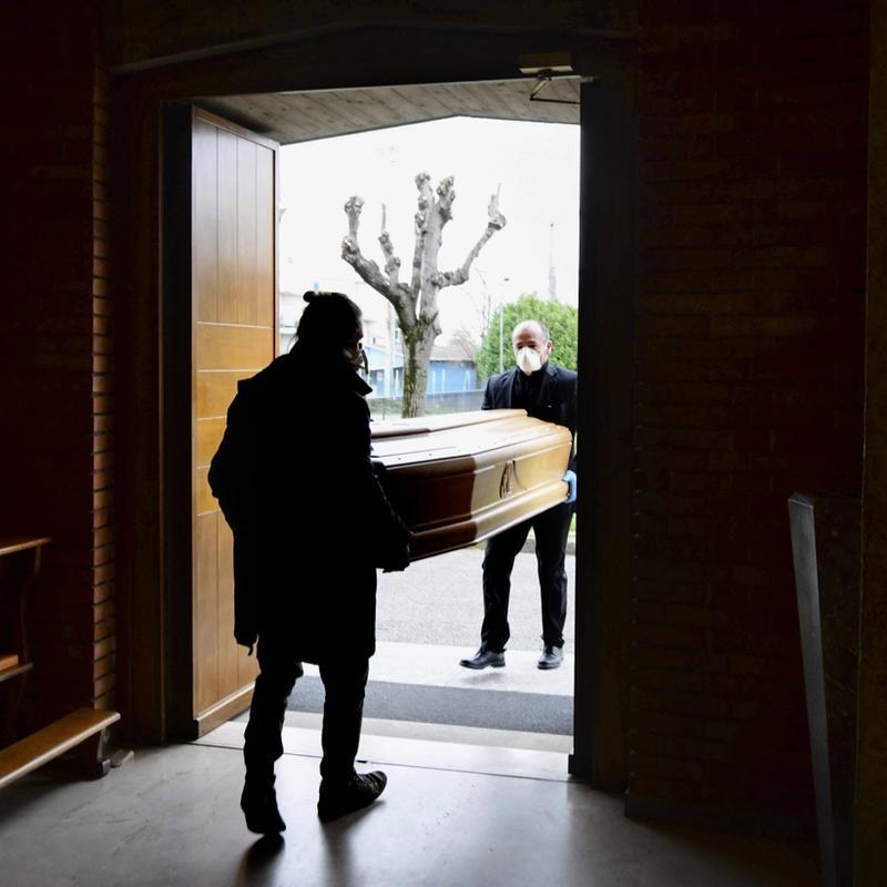 SISTE STOPP: Mafiaen i Italia kan komme styrket ut av koronakrisa, som har kostet over 30.000 italienere livet. Her fra en kirke ved Bergamo i mars. FOTO: PIERO CRUCIATTI, AFP/NTB SCANPIX