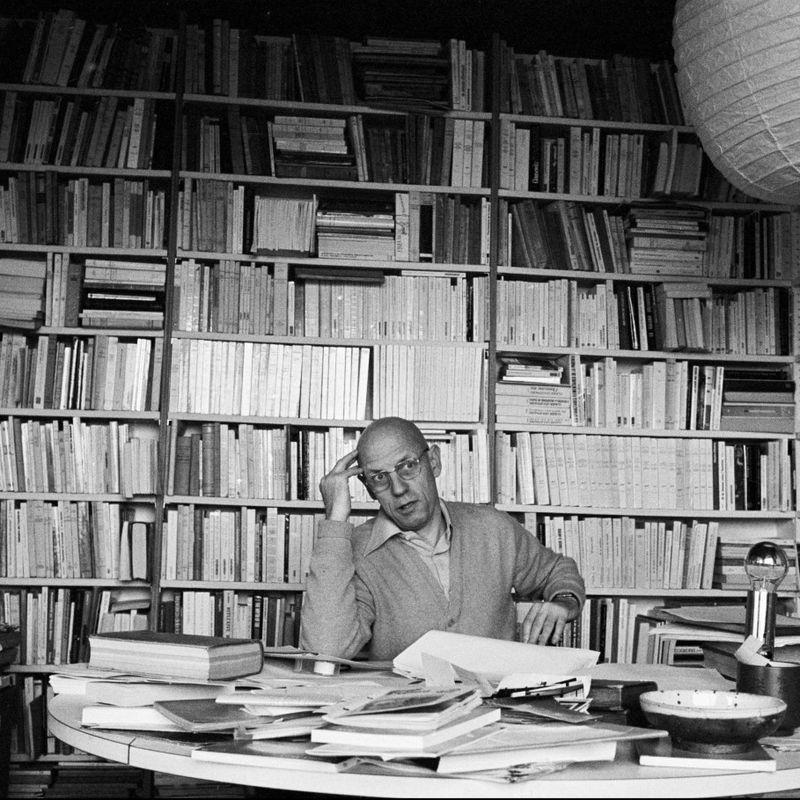 OMSTRIDT: Den franske historikeren og teoretikeren Michel Foucault, her hjemme i Paris i 1978, interesserte seg for nyliberalismen i sine siste leveår. Hans analyser av nyliberalismen er sentrale for forstå utviklingen i vestlige samfunn de siste 30 åra, mener sosiolog Geir O. Rønning. FOTO: MARTINE FRANCK, MAGNUM