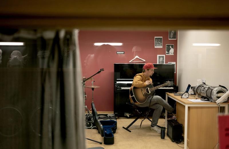 BLE STASJONÆR: Hans Martin Austestad sluttet å jobbe for Den kulturelle skolesekken da de gikk fra å ansette utøvere til å hyre dem inn. Her har han digitalundervisning med en av elevene sine på Greveskogen videregående skole i Tønsberg.