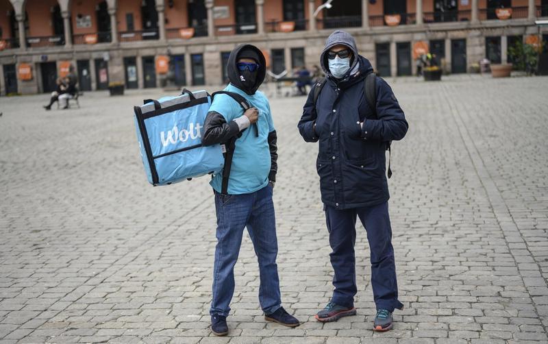 SÅRBARE: Fordi de ikke er ansatte, er det lett for Wolt å avslutte kontraktene til budene. Disse to, som vil være anonyme, skulle ønske de var ansatt og fikk rettigheter som sykepenger og feriepenger. FOTO: FARTEIN RUDJORD