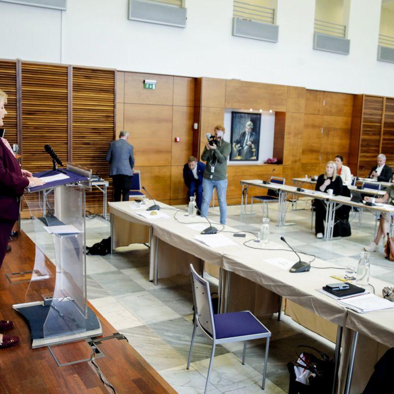 UENDRET: Søndag talte statsminister Erna Solberg (H) til partiets sentralstyre i Høyres hus i Oslo. Til Klassekampen sier hun at hun ikke vil løfte pekefingeren mot andre. FOTO: VIDAR RUUD, NTB SCANPIX