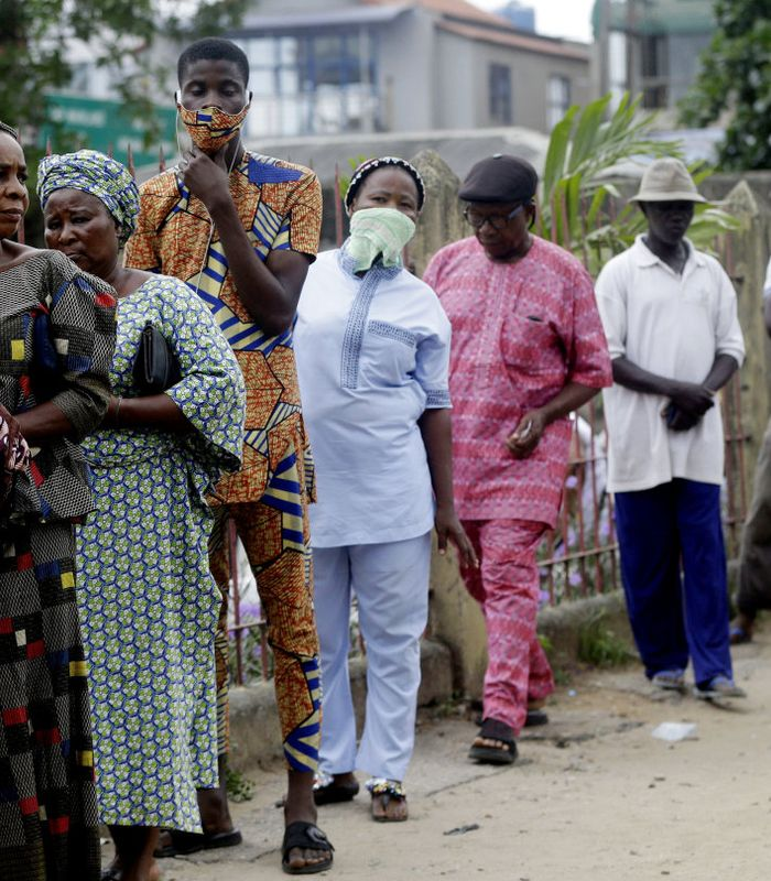 KØ: Koronakrisa treffer et Nigeria hvor utgangspunktet på forhånd var det verst tenkelige, med over halvparten av befolkningen under den mest ekstreme fattigdomsgrensa. Her står innbyggere i hovedstaden Lagos i matkø.FOTO: SUNDAY ALAMBA, AP/NTB SCANPIX