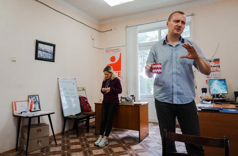 HARDT PRESSET: Da Klassekampen møtte Lizavieta Merliak i august, hadde hun akkurat sluppet ut etter 20 timer i fengsel. Her sammen med Andreij Khanevitsj på kontoret til den uavhengige fagforeningen Bitu. FOTO: PIOTR MARKIELAU