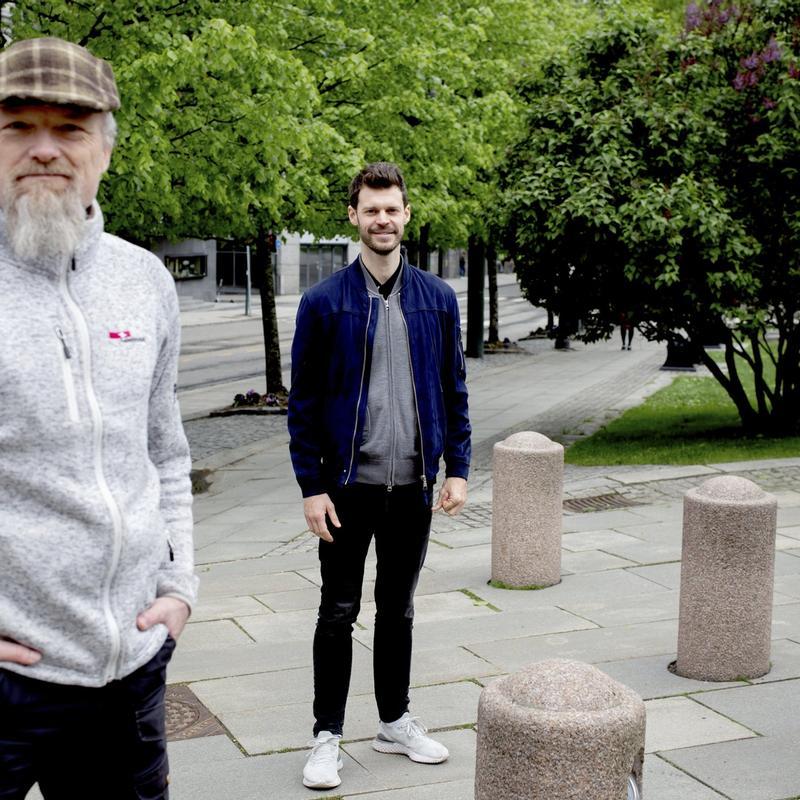 FELLES FRONT: Rødt-leder Bjørnar Moxnes (i midten) mener det bør bli ulovlig å bruke selvstendige oppdragstakere som skulle vært ansatt. Foodora-budene Paul Olai-Olsen (foran) og Espen Utne Landgraff (til høyre) er enige.