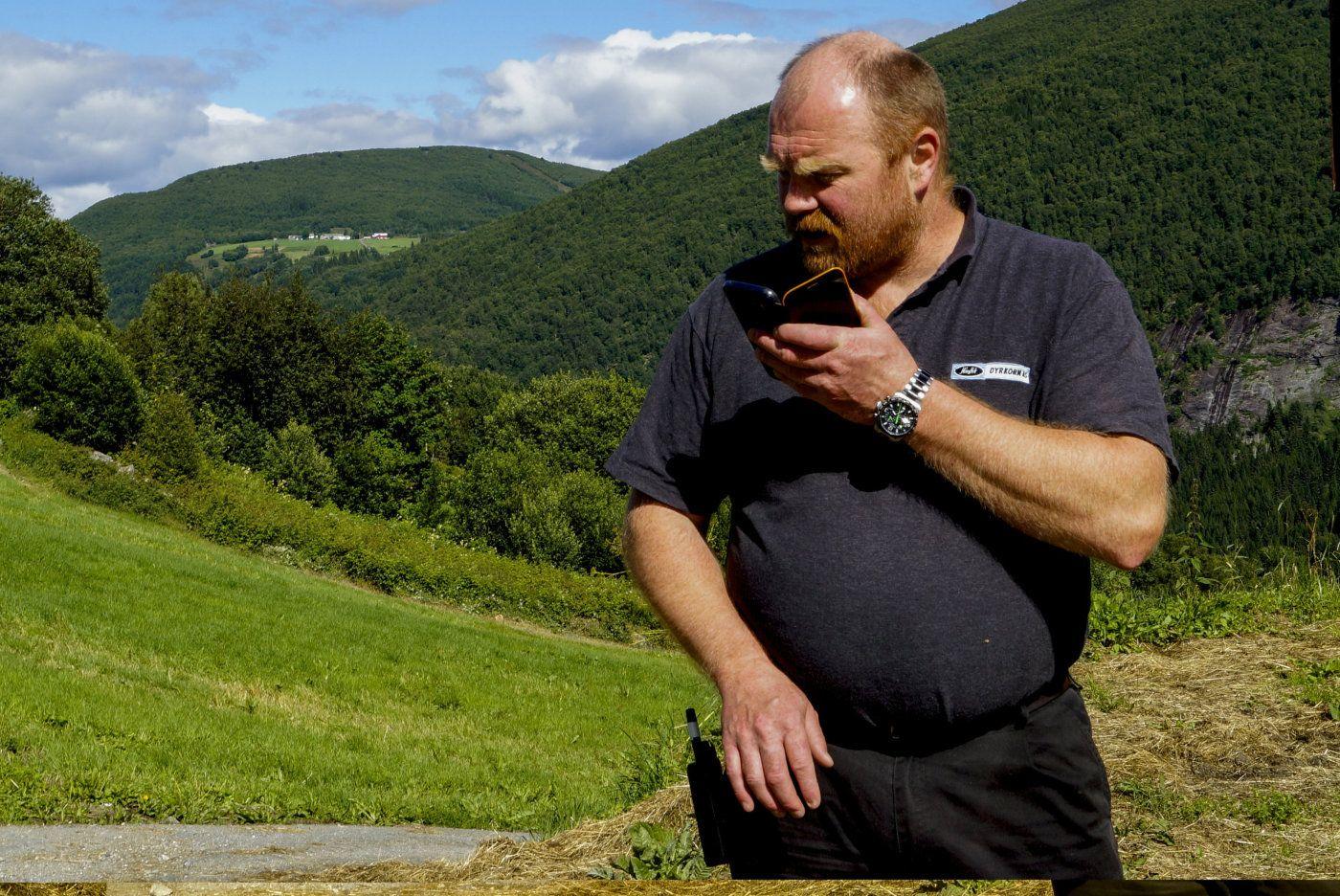 Bjørn Helge Rønneberg på Rønneberg i Eidsdal, er egentlig melkebonde, og har noen sauer. På fritiden er han frivillig brannmann og innsatsleder. Han er for øvrig veldig opptatt av jerv, som han stadig speider etter fra gården.   Foto: Håvard Yttredal