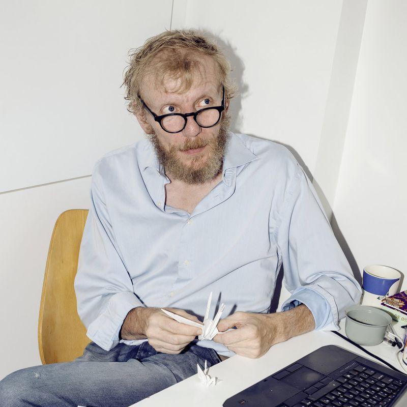 FORBUD NESTE: Døtrene til journalist og forfatter Bjørn Gabrielsen har verken tilgang til smarttelefon eller tegnefilm lørdag morgen. Snart forsvinner muligens også lydboka.