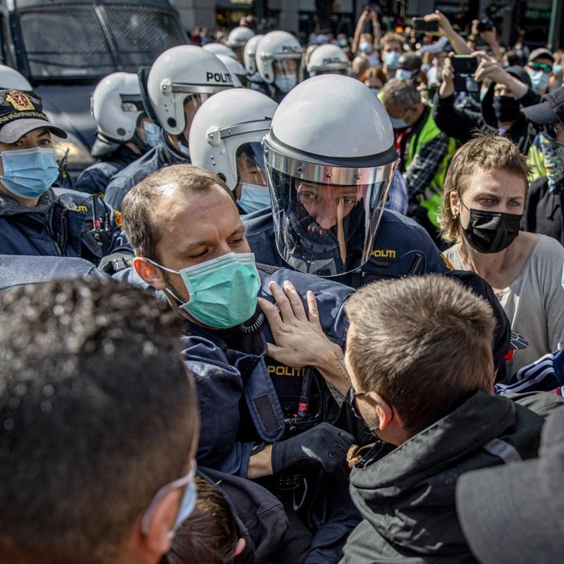 HÅNDGEMENG: Motdemonstrasjonen mot Sian utenfor Stortinget lørdag 29. august. Situasjonen eskalerte etter at Koranen ble skjendet. FOTO: FARTEIN RUDJORD