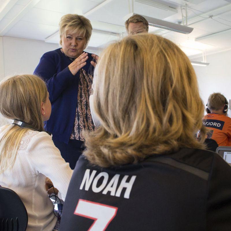 SKJERMTID: Forsker Siri Wieberg Klausen mener norske læreplaner har vært preget av unison teknologioptimisme i flere tiår. Her er Erna Solberg på Bekkestua skole i 2017, da ny digital strategi for skolen ble lagt fram. FOTO: MARIAM BUTT, NTB SCANPIX