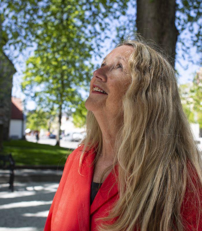 OPPRØRER: På sjokoladefabrikken sang unge Astri Holm og kollegene «Alle fugler» til det ble forbudt å synge mens de jobbet. I dag vil hun legge til rette for god takhøyde på debattarenaene, blant annet på Feministhuset, som hun håper får åpne når pandemien er over.