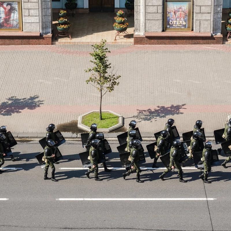 BAKKESTYRKER: En tropp fra de hviterussiske sikkerhetsstyrkene beveger seg nedover Uavhengighetsgata etter at opprørspolitiet har jaget bort demonstrantene.