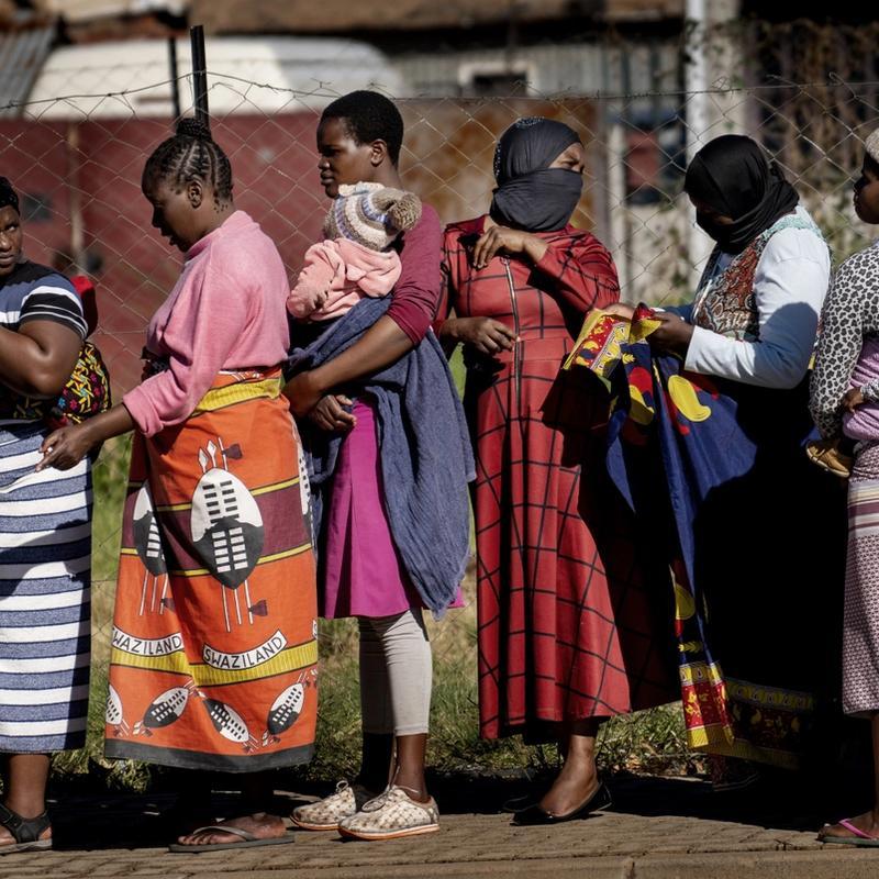 MÅ VENTE: Verdens fattige land risikerer å ikke ha råd til medisiner og vaksiner mot korona hvis selskapene tviholder på sine patentrettigheter. Her fra en matutdeling i Johannesburg i Sør-Afrika. FOTO: JEROME DELAY, AP/NTB SCANPIX