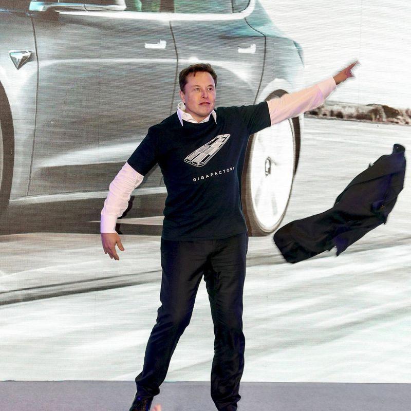 KRIGSDANS: Elon Musk er på krigsstien mot koronastengingen. Her under en Tesla-avduking i Shanghai i Kina i januar. FOTO: AFP/NTB SCANPIX