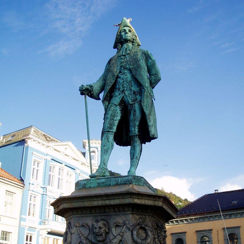 RADIKAL: Ludvig Holberg, her på sokkel på Vågsalmenningen i Bergen.