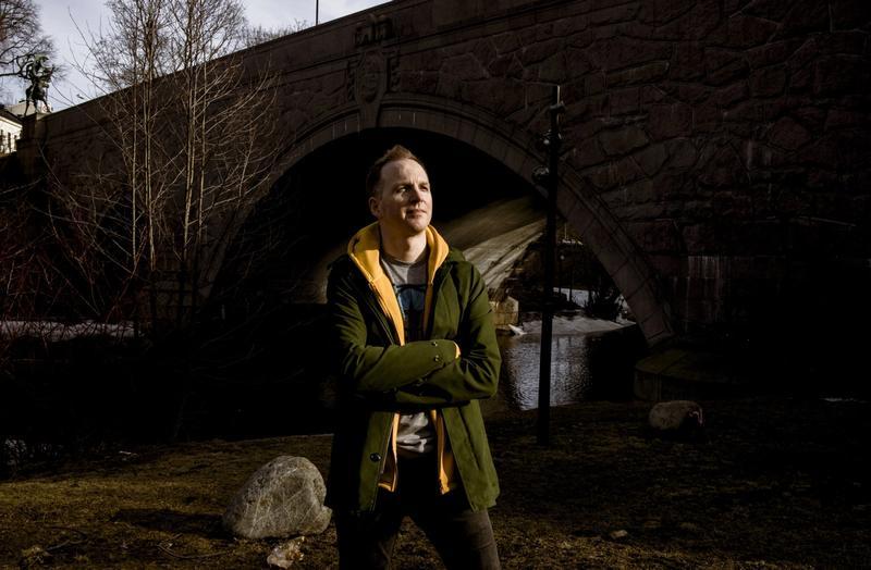 TAPTE: Jérémie McGowan hevder at prosessen mot ham har gitt Nordnorsk kunstmuseum varige skader. Flere lokalpolitikere krever styrets avgang, og kulturminister Abid Q. Raja (V) blir bedt om å ta grep om situasjonen.
