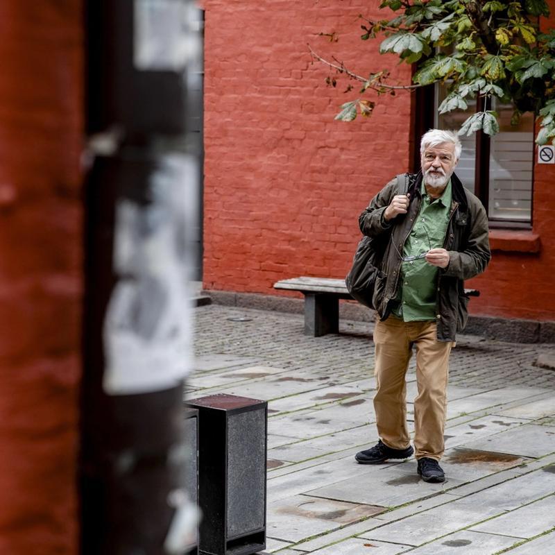 APPLAUS: Forfatter, journalist og historiker Bjørn Westlie er glad for at stadig flere er opptatt av jødenes skjebne under andre verdenskrig. Det har vært et underbelyst tema i norsk historie, mener han. FOTO: TOM HENNING BRATLIE