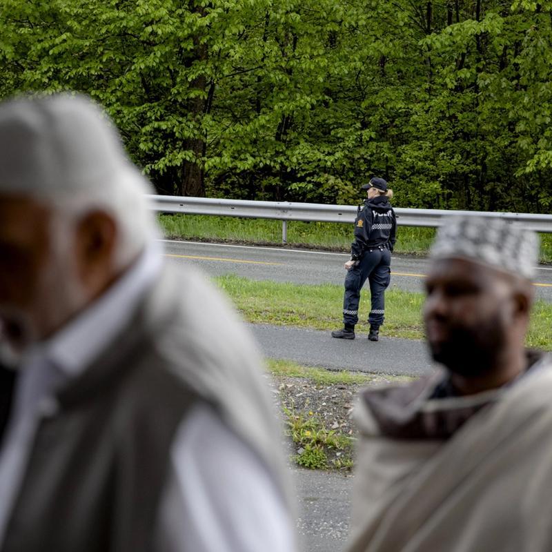 SIKKERHET: Mens politiet holder vakt utenfor, sluses høytidskledde menn inn i Al-Noor-moskeen på Skui i Bærum. Det er ti måneder siden angrepet, og muslimene er kommet for å ta tilbake moskeen sin under eid-feiringen. Foto: Tom Henning Bratlie