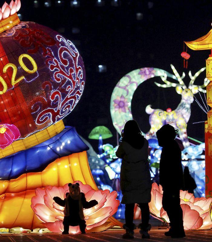 FEIRING: Mennesker besøker et lanterneshow noen dager før nyttårsfesten i storbyen Shenyang nordøst i Kina. FOTO: STR/AFP/NTB SCANPIX