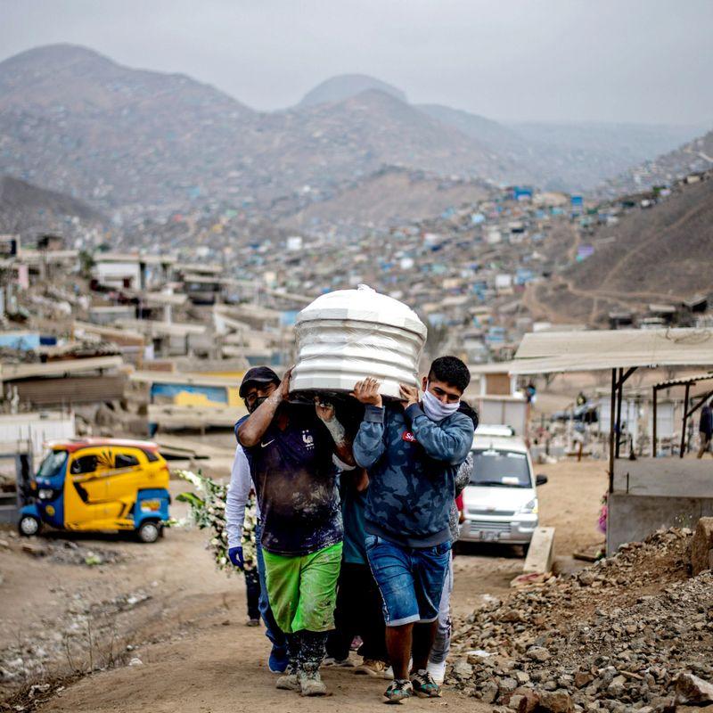 TUNG BØR: Peru er første land som har blitt truet med søksmål fra selskaper for grep landet har tatt for å takle pandemien. Her fraktes et antatt koronaoffer til sin grav i utkanten av Lima.FOTO: ERNESTO BENAVIDES, AFP/NTB SCANPIX