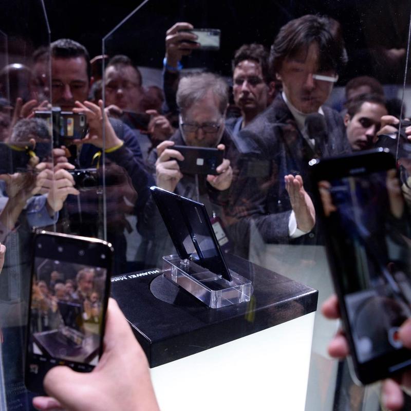 STRIDENS EPLE: Da det kinesiske selskapet Huawei presenterte 5G-telefonen «Mate X» i Barcelona i april 2019, sendte USA sine diplomater for å legge en demper på moroa. FOTO: JOSEP LAGO, AFP/NTB SCANPIX