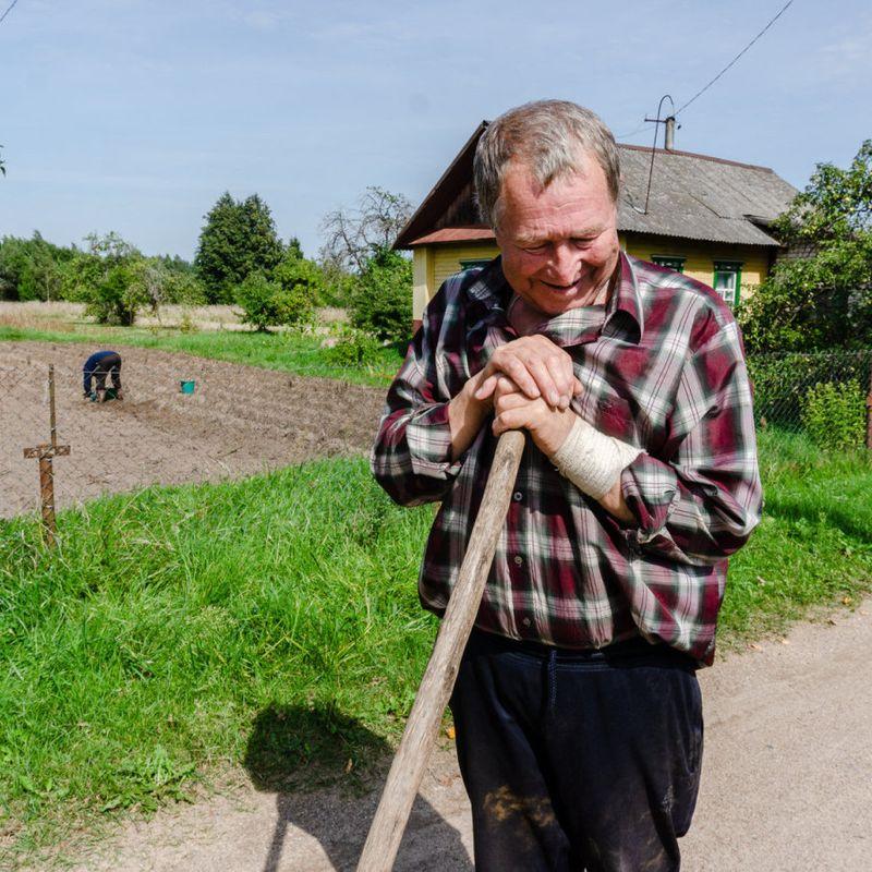AVMÅLT: En mann roter i jorda i en landsby nord for Minsk. Han støtter ikke Aleksandr Lukasjenko, men har ikke tro på at opprøret vil forandre noen stor forandring.
