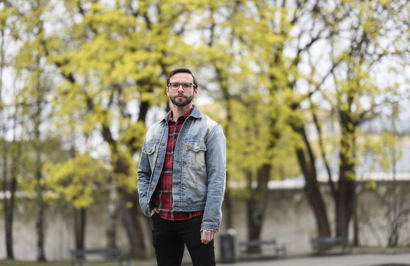 RAMMES: Når danser og koreograf Jan Nicolai Wesnes blir betalt som næringsdrivende, ikke som ansatt, går han glipp av blant annet pensjon og forsikring. – Det er vanskelig å tørre å sta på krava, forteller han.