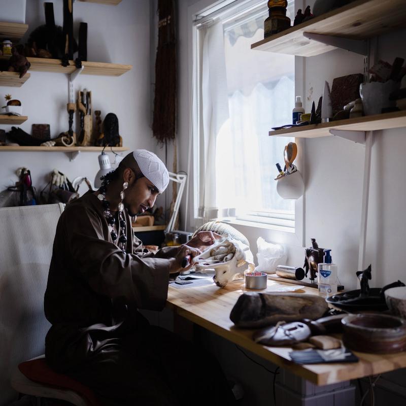 AKTIV DEBATTANT: Ahmed Umar er en norsk-sudansk kunstner utdannet ved Kunsthøgskolen i Oslo. Han er aktiv som debattant på sosiale medier og er blitt et forbilde for unge homofile i Sudan.