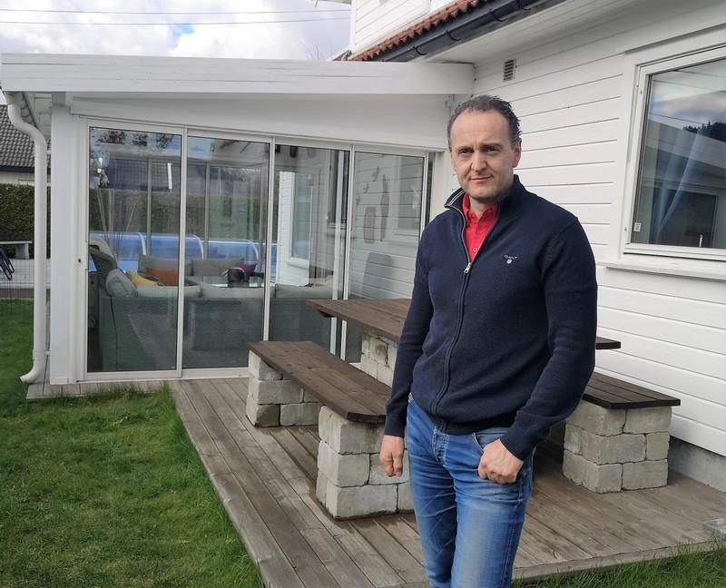Markedskoordinator i Grønt Fokus, Thore Fossheim, foran sin egen hagestue. Denne er bygget inntil egen bolig, og dermed måtte Fossheim sende en forenklet byggesøknad til kommunen, i tillegg til å sende nabovarsel til gjeldende naboer. Årsaken er at en fasadepåkoblet hagestue regnes som fasadeendring av boligen. Hagestuen skal også regnes med i det som betraktes som bebygd areal, med tanke på utnyttelsesgrad.