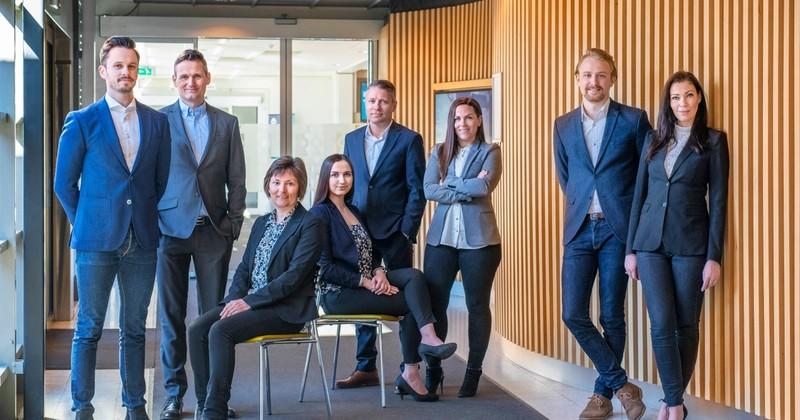 Disse jobber ved Krogsveens kontor på Jessheim. Fra venstre ser vi Eirik Hermansen, Andre Ellefsen, Vigdis Bredesen, Sofia Boutani, Vegard Fjell Gjeisklid, Kine Johansen Ruud, Emilio de Paoli Dunne og Trude Stensby.