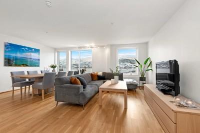 Lys og luftig stue med god plass til salong og spisestue
