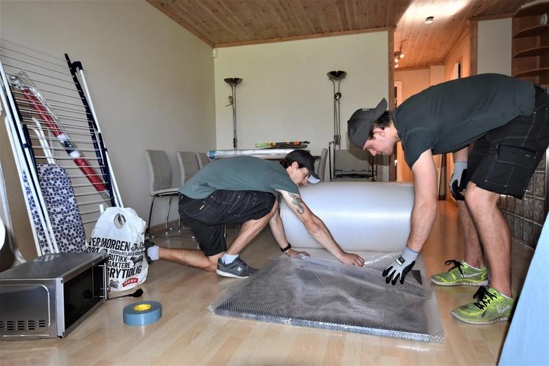 Flytteekspertene bruker bobleplast for å beskytte verdifulle gjenstander.