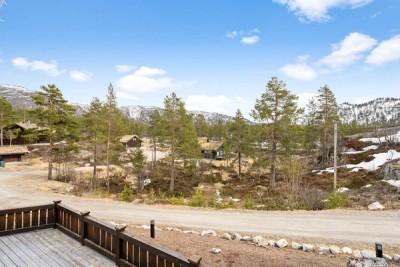 Solrik terrasse med flott utsikt mot Dei Brende åsane, Enden og Ørnefjellnuten.
