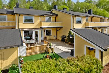 Stor terrasse ved inngangspartiet