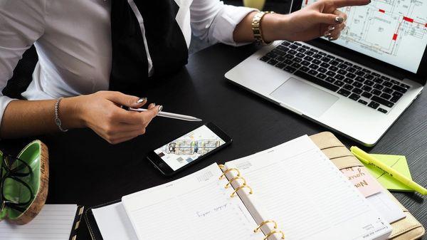 A financial planner explaining a 401k QDIA