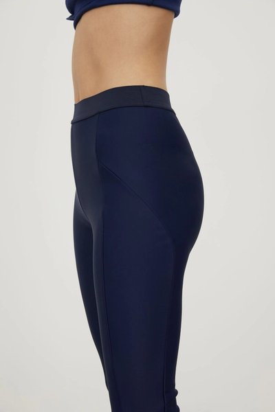 Close up of model wearing the 01 Leggings Navy.