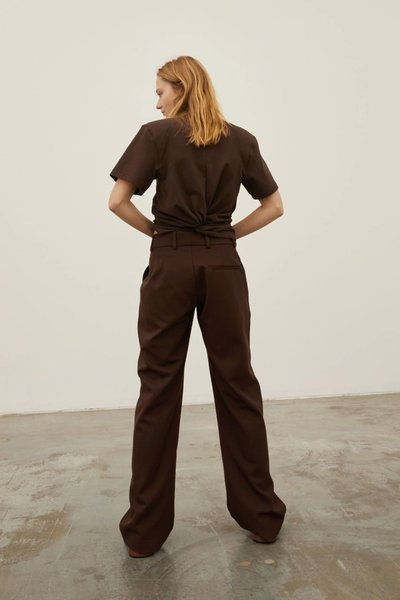 Model wearing the Bobbi Boyfriend Pant 2.0 with the Workin' On The Weekend Top in Dark Choc.