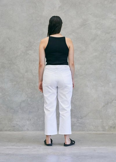 Model wearing the 01 Singlet Black with the 01 Jeans Ivory, turning around to show the back.
