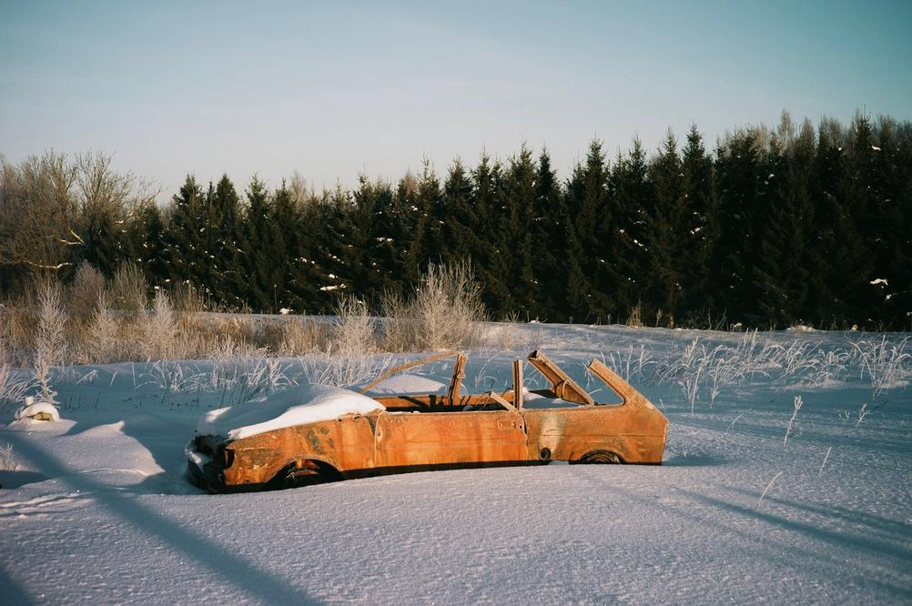 Photo of an old rusty car.