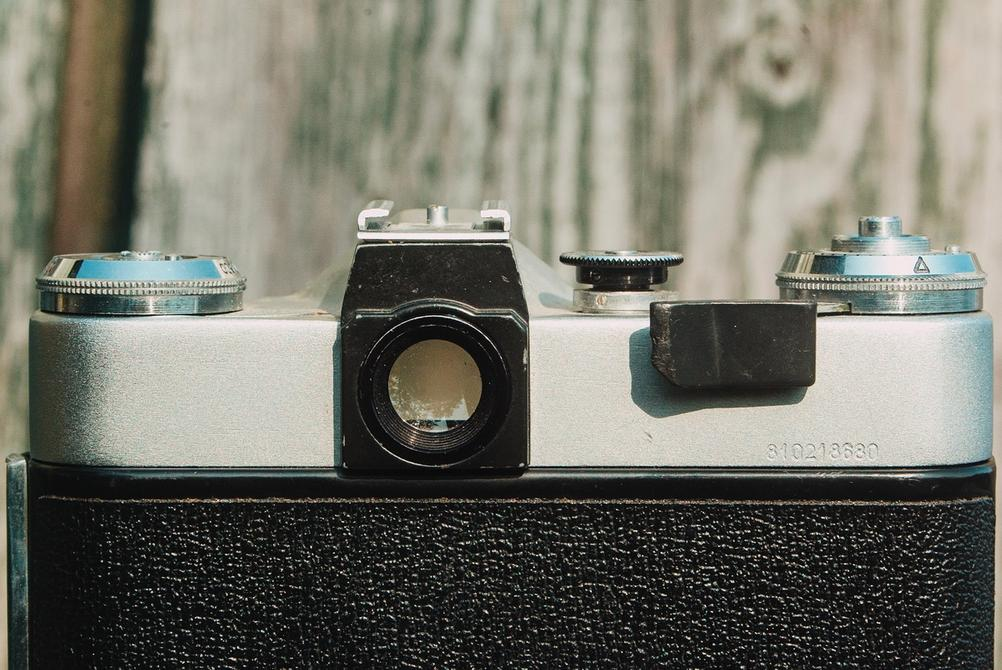 Photo of Zenit-E viewfinder opening.