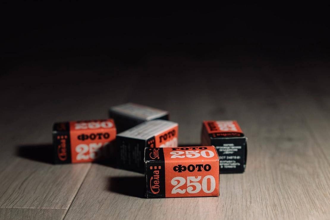 5 film boxes containing Svema Foto 250 film.