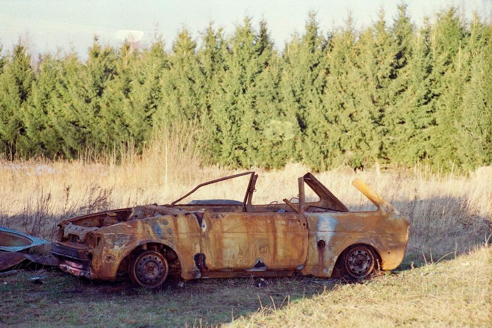 Photo of an old rusted car.