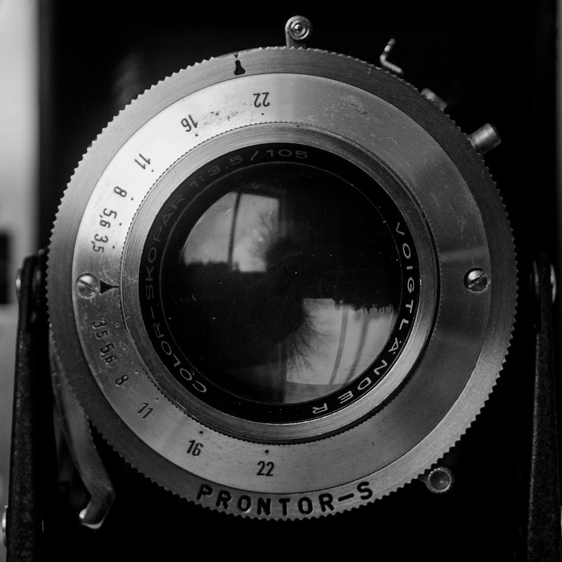 A very close, closeup photo of Color-Skopar 105mm f3.5.