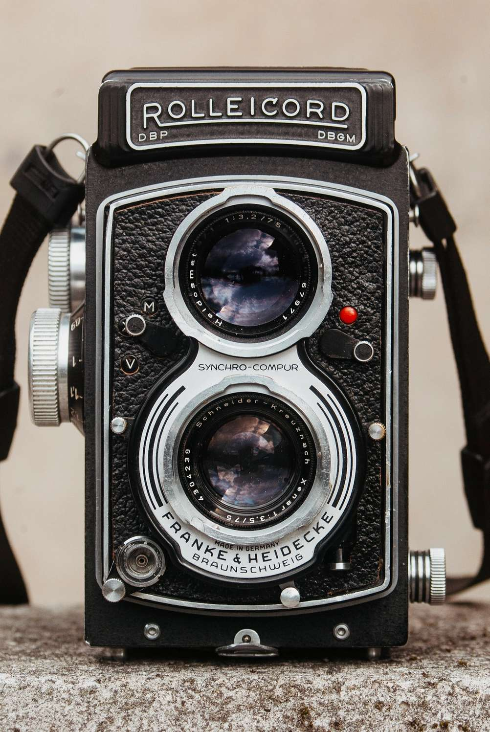 Photo of Rolleicord V from the front.