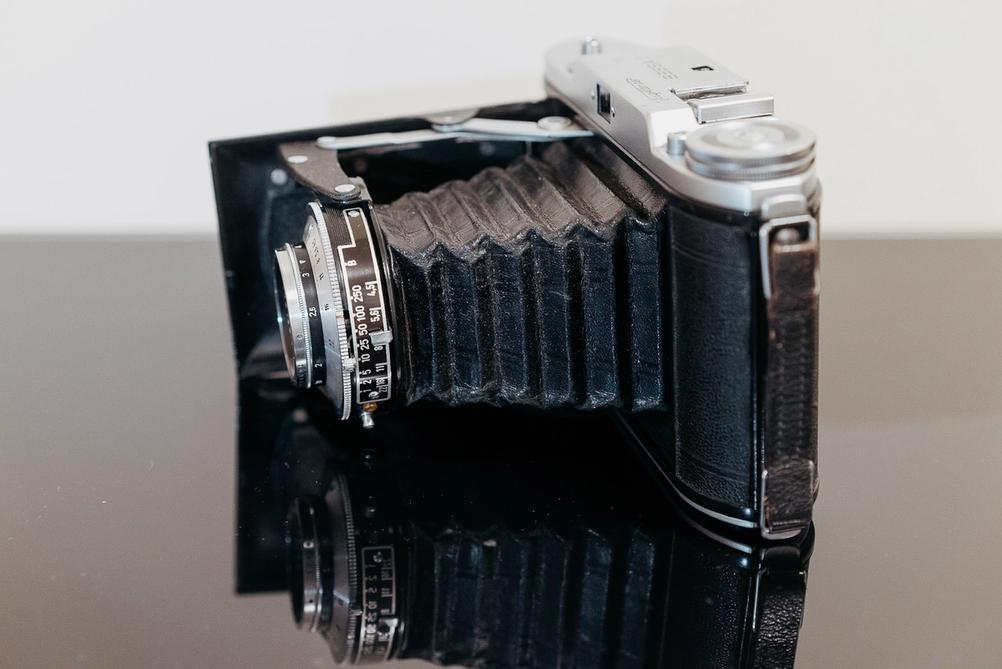 Photo of Voigtländer Bessa I lens controls.