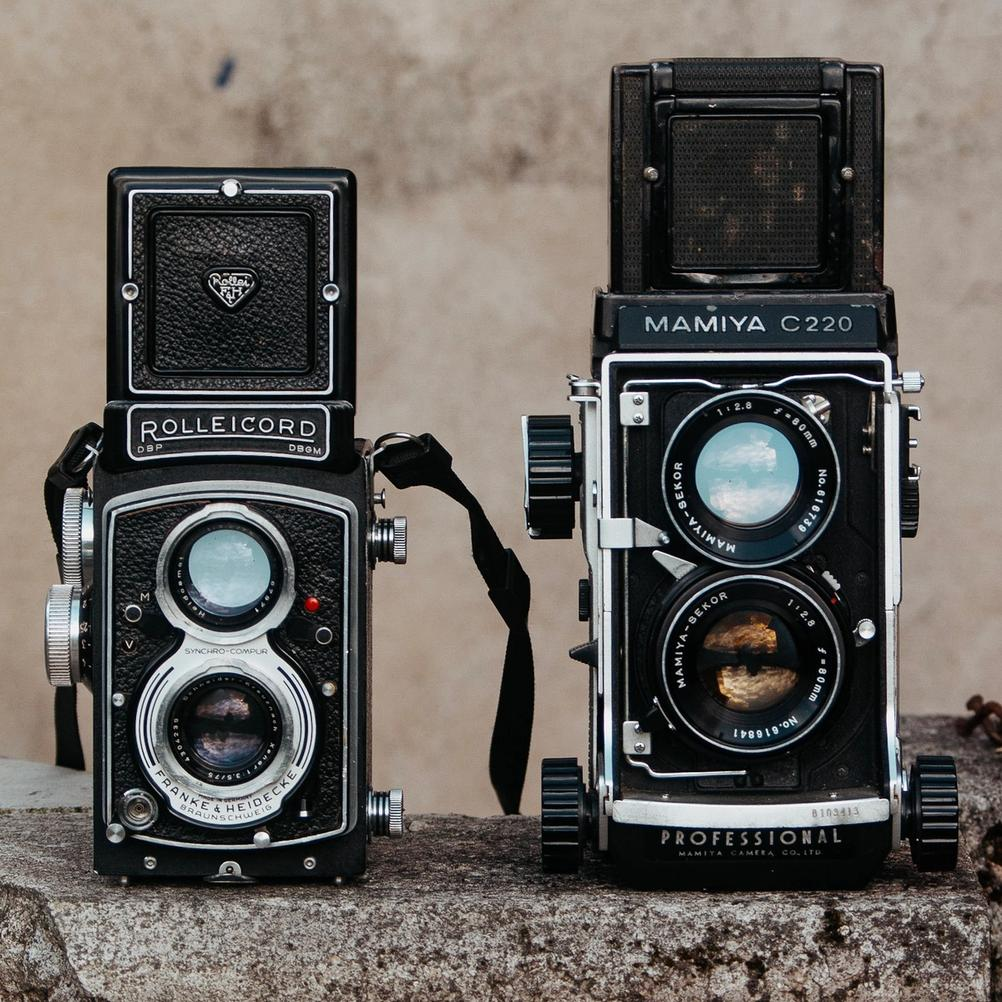 Photo of Rolleicord V and Mamiya V next to each other.
