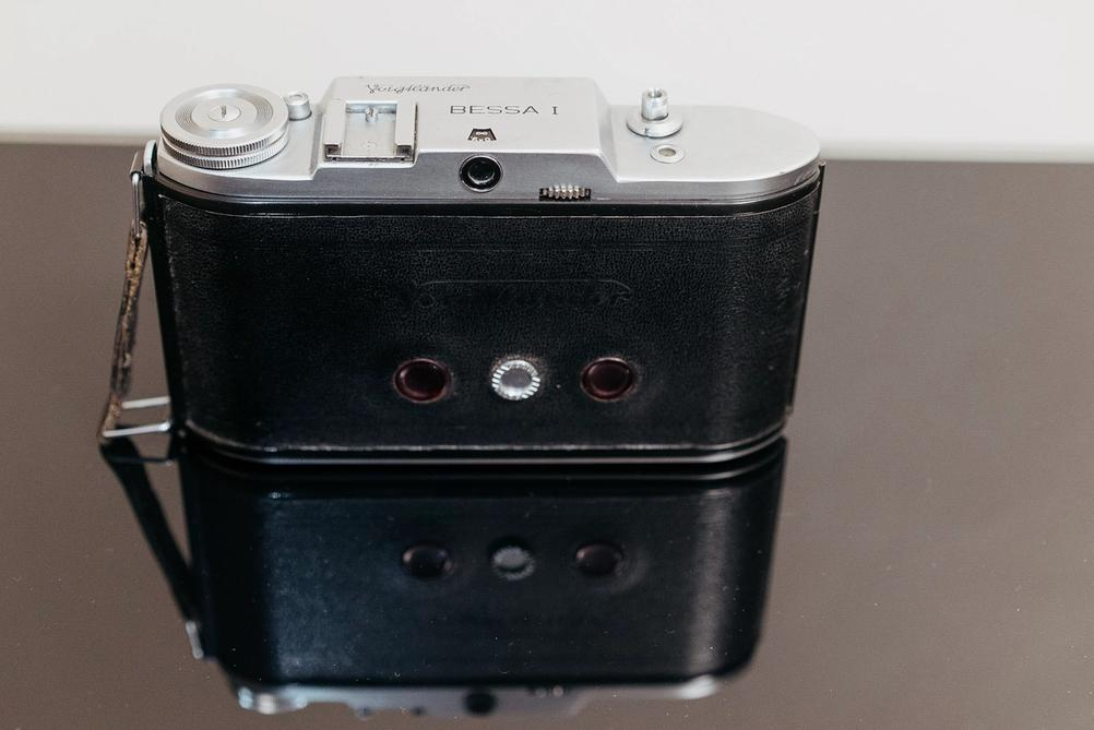 Photo of Voigtänder Bessa I viewfinder and surrounding controls.