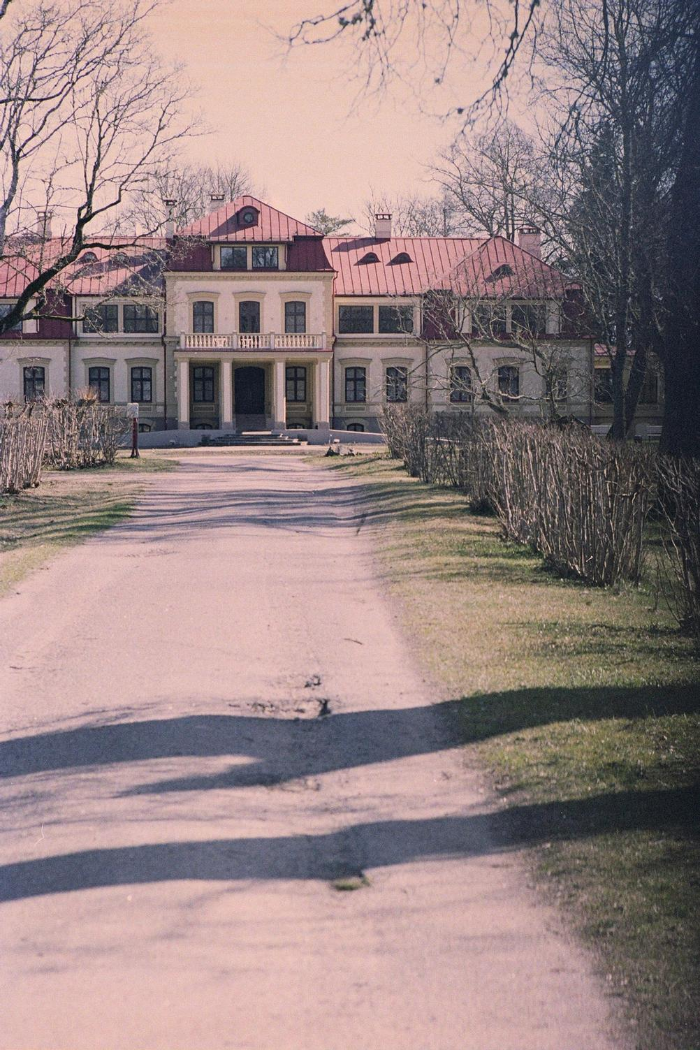 Photo of a mansion.