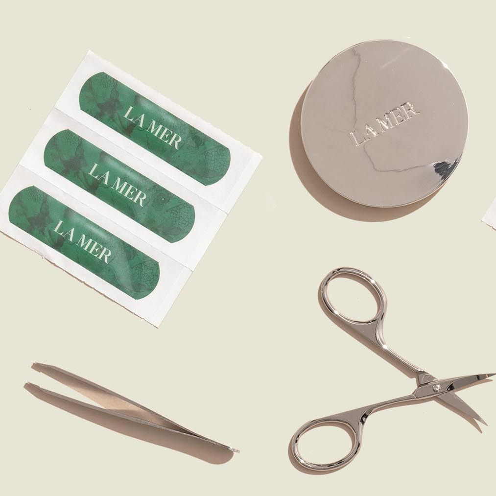 Cosmetic set with face powder, scissors bandaid and tweezers