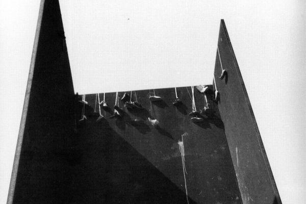 David Hammons, Shoe Tree, 1981, on Richard Serra's T.W.U., 1980