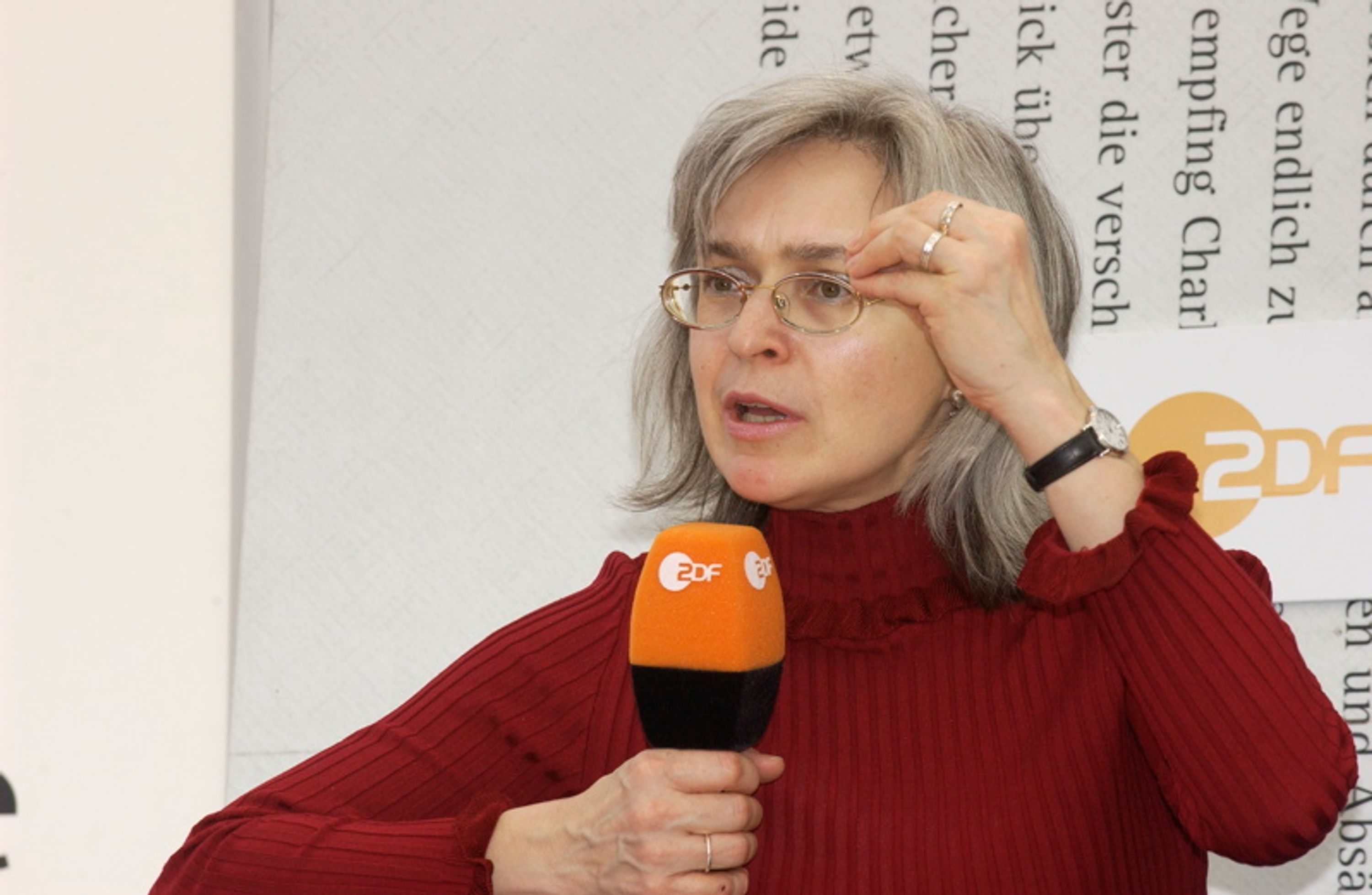 Anna Politkovskaya at the presentation of her book Putins Russia during the 2005 Leipzig Book Fair.