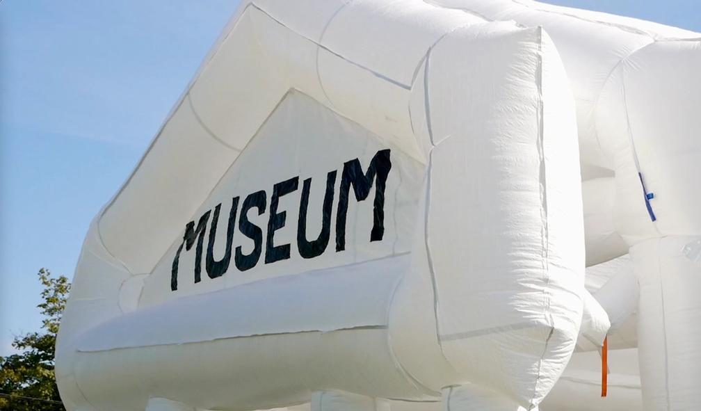 Pelle Brage & Co turnerer med sitt oppblåsbare museum